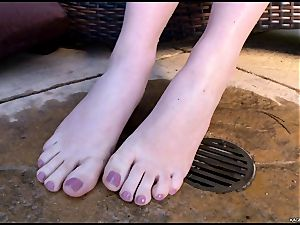 scorching scorching Kagney Karter plays with her super-hot toes