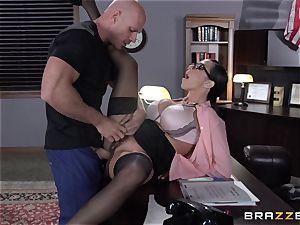 Warden Ariella Ferrera penetrates her favourite prisoner