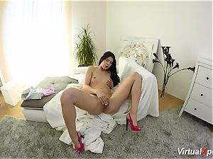 lady Dee caresses her bud till she blows a load