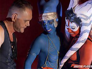 Aliens Eva Lovia and Aria Alexander take on rock-hard weenie